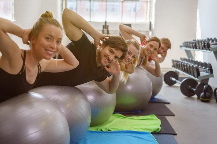 gruppe trainiert für einen gesunden rücken